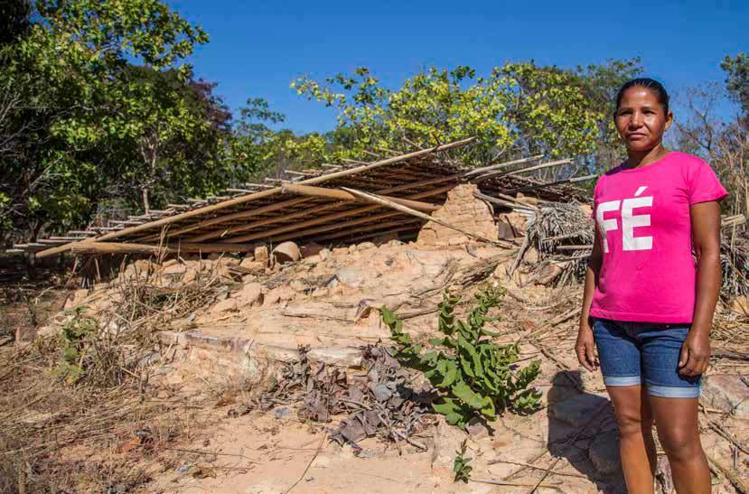 Una mujer de una comunidad de MATOPIBA frente a lo que queda de su casa. El acaparamiento de tierras en la región expulsa violentamente a la población local. Rosilene Miliotti/FASE